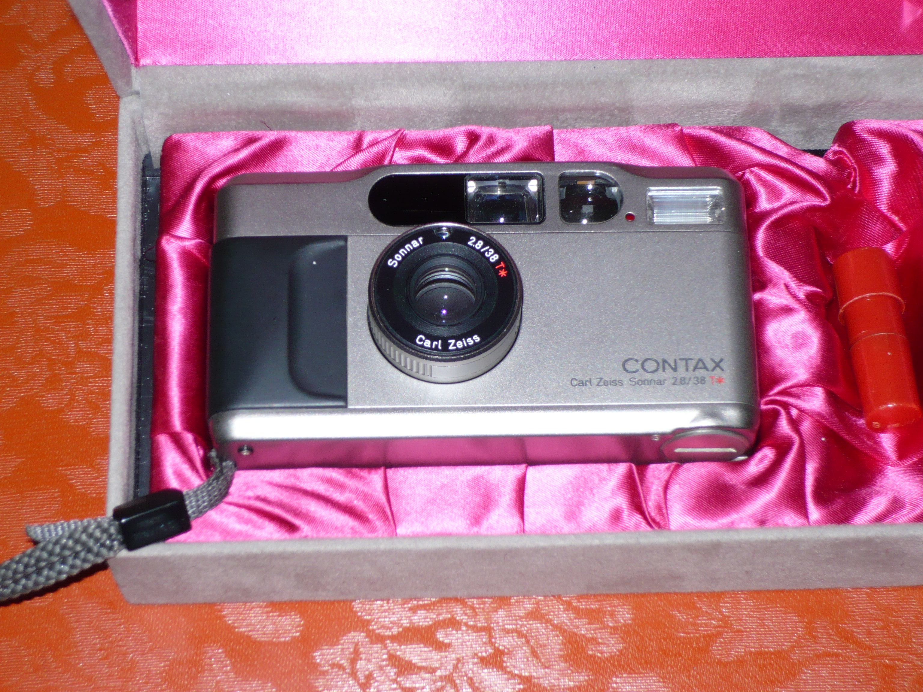 CONTAX T2 WITH BOX.JPG