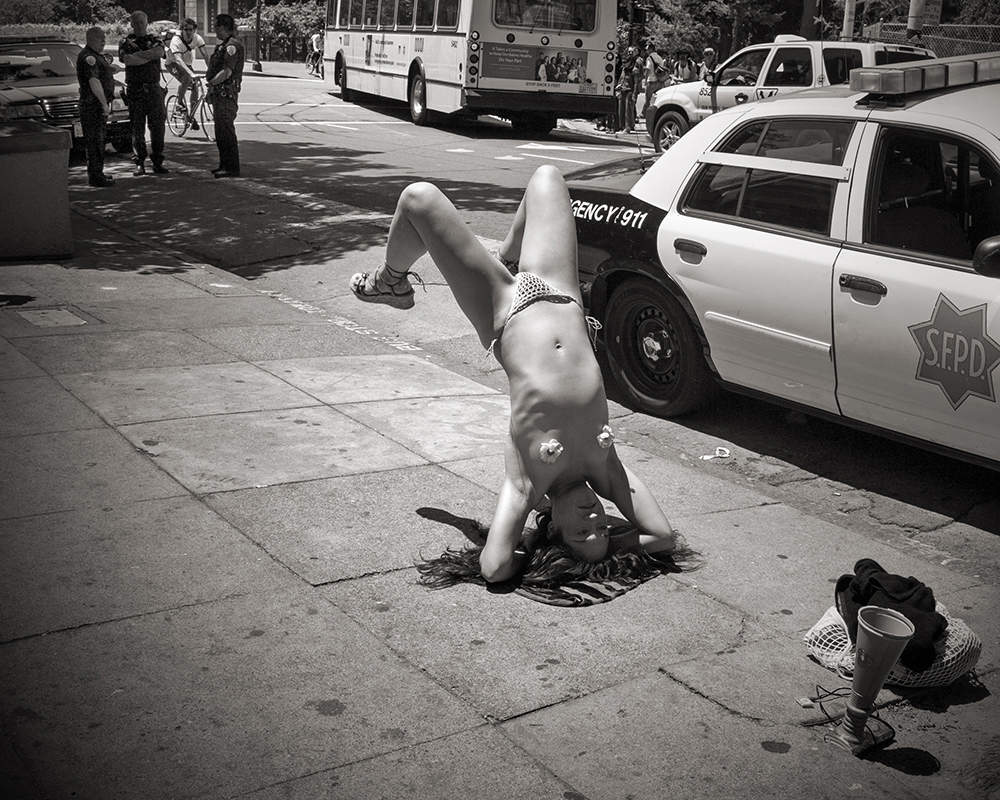 naked-girl-haight-hadnstand_2674-ww.jpg